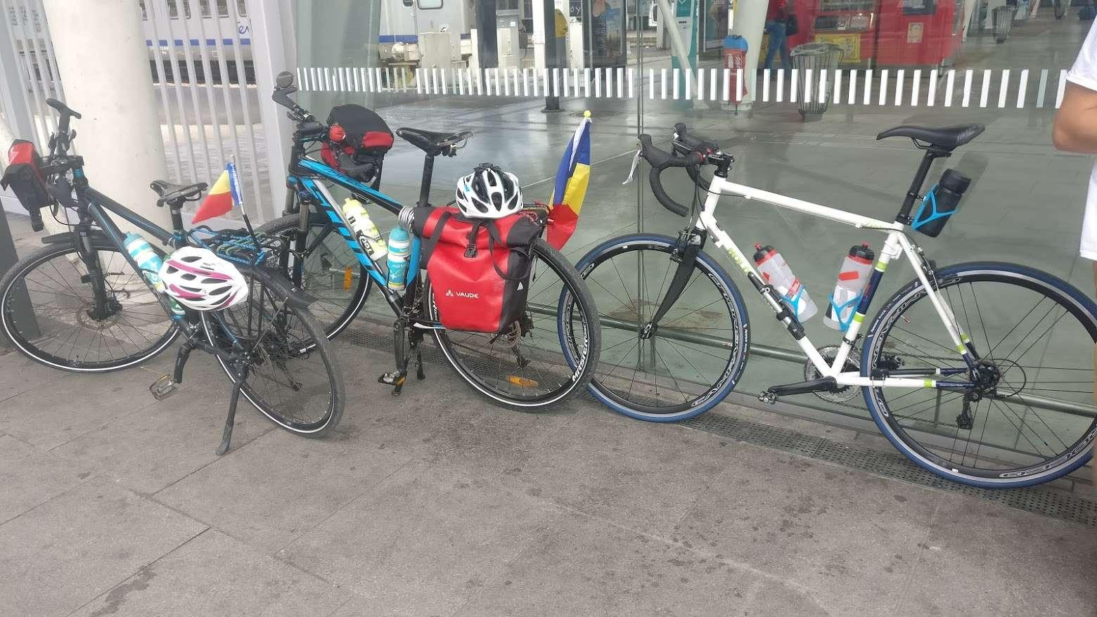 Doi tineri au furat bicicletele din fața localului