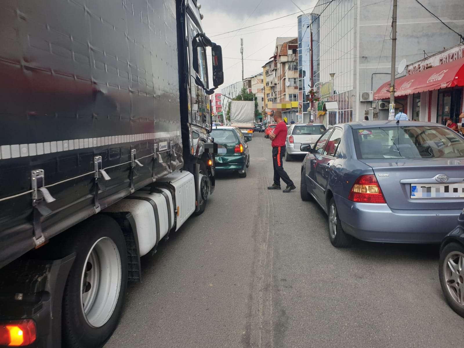 Un șofer a lovit intenționat cu TIR-ul un autoturism