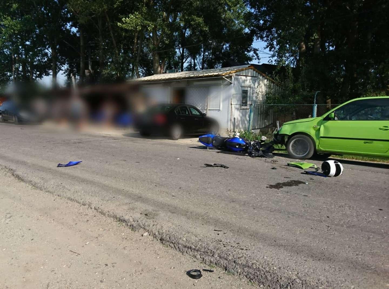 Accident la Braniștea! Un motociclist a evitat un biciclist și a intrat într-o mașină parcată