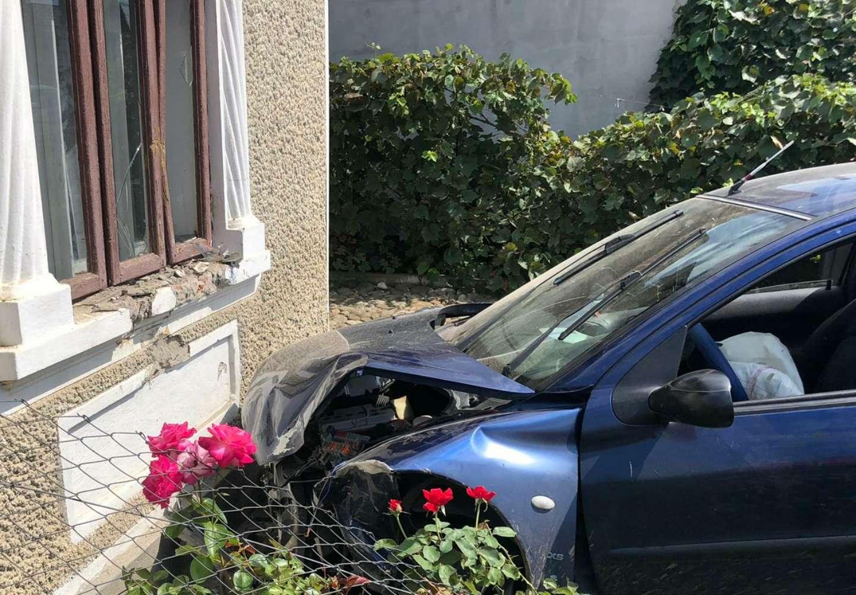 Aproape de tragedie! S-a oprit cu mașina în casa unui localnic!