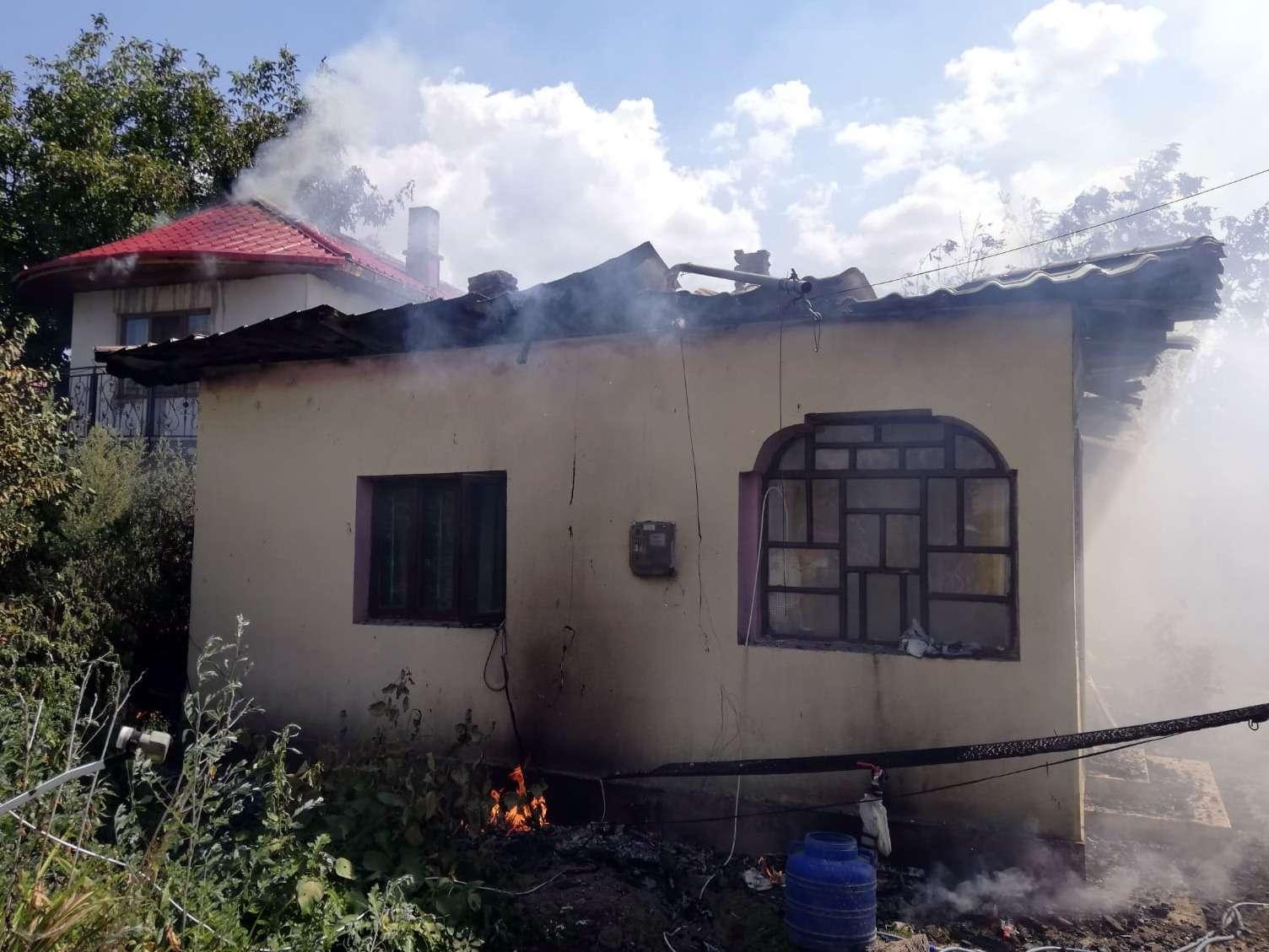 Incendiu la două case și o anexă din localitatea Corbii Mari