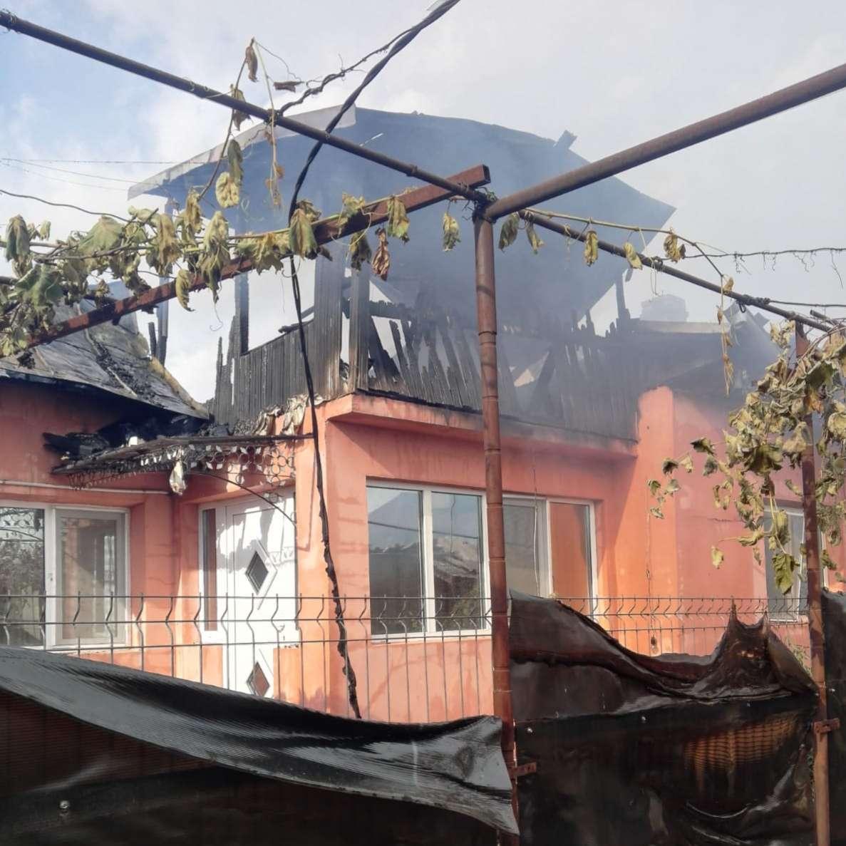 Trei case au luat foc în localitatea Valea Lungă!