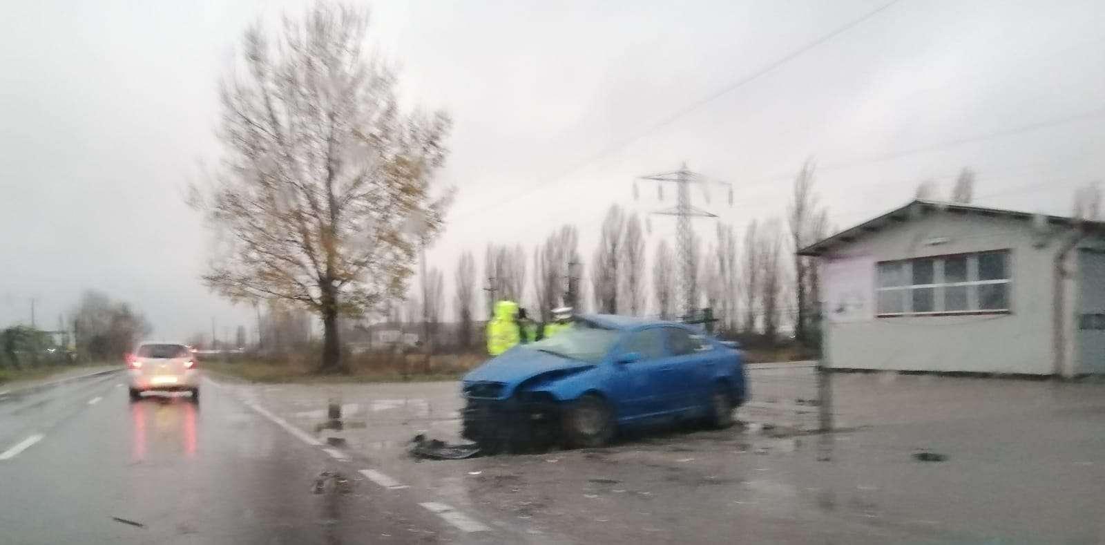 Accident pe Drumul Național 71! Un autoturism a intrat într-un autobuz de călători!