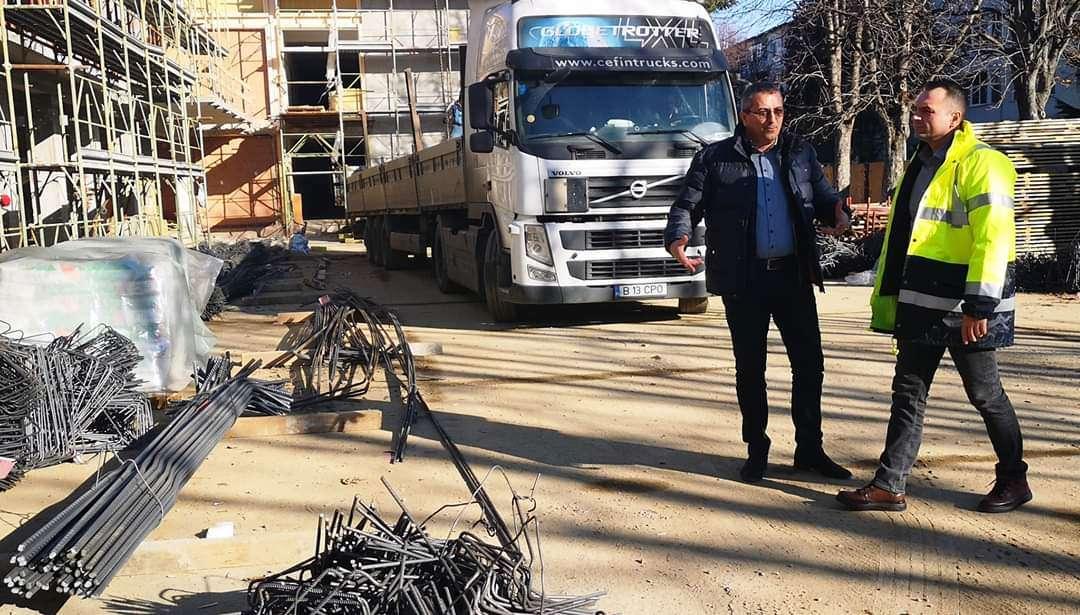 Primarul Cristian Stan a analizat stadiul lucrărilor la Scoala Gimnazială Mihai Viteazul